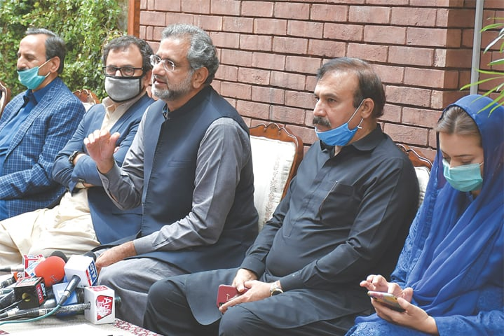 Pakistan Muslim League-Nawaz leaders Shahid Khaqan Abbasi, Tariq Fazal Chaudhry, Marriyum Aurangzeb and Owais Leghari address a press conference on Monday.—Tanveer Shahzad / White Star