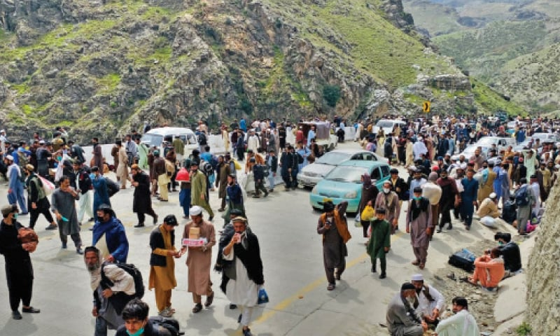 A large number of Afghans move towards Torkham border near Machani checkpost after government announced opening of the crossing on Monday. — White Star
