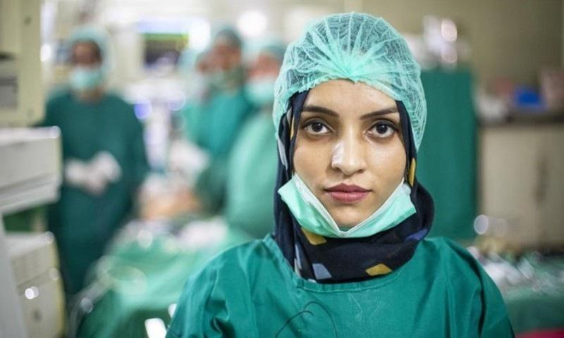 پاکستان میں خدمات دینے پر افغان خاتون ڈاکٹر کے چرچے