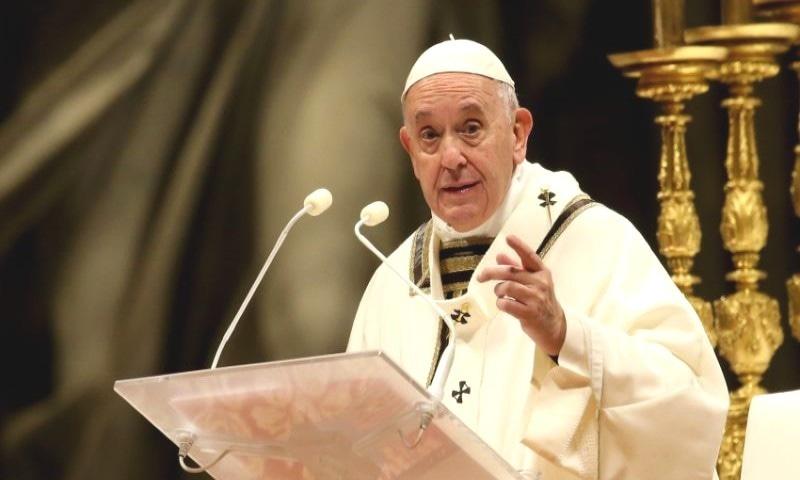 پوپ فرانسس کے مطابق وہ نہیں جانتا کہ کورونا قدرت کی ناراضگی ہے یا نہیں — فوٹو: رائٹرز