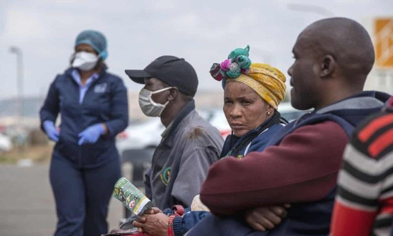 رپورٹ کے مطابق افریقہ و جنوبی ایشیا میں بھی غربت میں اضافہ ہوگا — فوٹو: اے پی