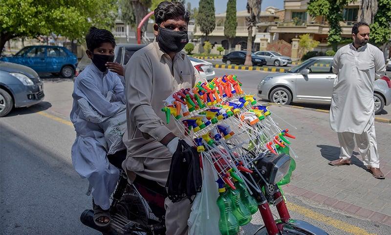 پاکستان میں کورونا وائرس کی وجہ سے لاک ڈاؤن کے باعث پابندیاں عائد ہیں—فائل فوٹو: اے ایف پی