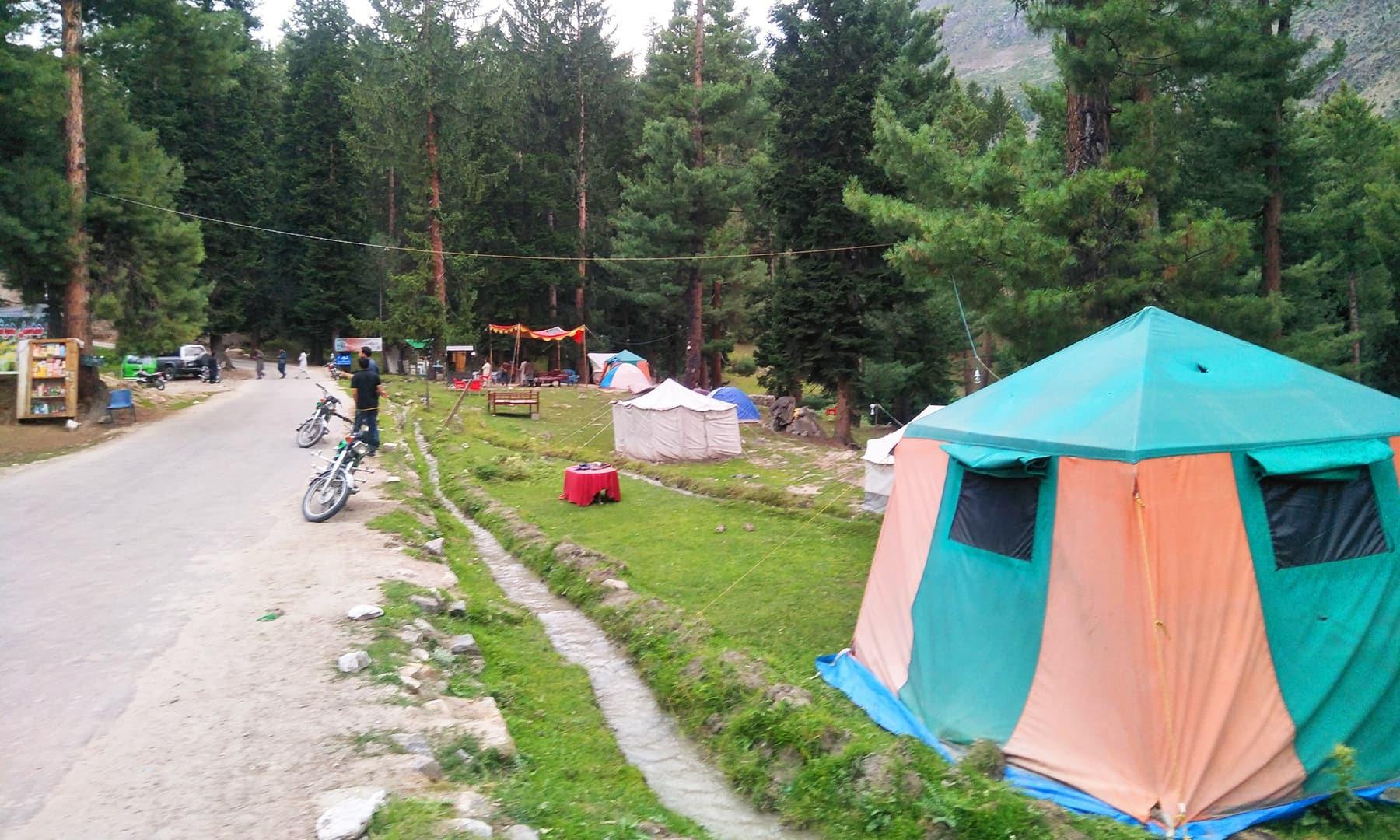 مئی سے اگست تک ملک کے شمالی علاقوں میں سیاحوں کا رش نظر آتا ہے— تصویر عظت اکبر