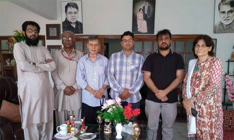 میگزین سیکشن کے ساتھیوں کی احفاظ الرحمٰن صاحب سے ان کے گھر پر ہونے والی ملاقات—فوٹو: لکھاری