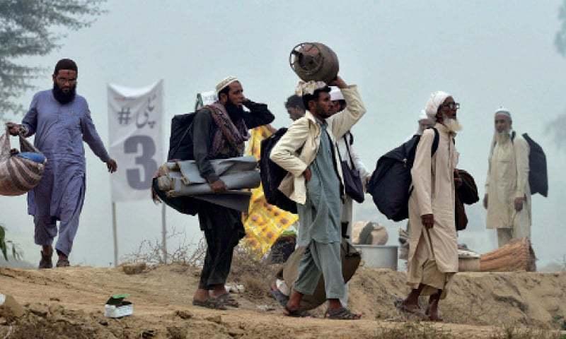 ڈپٹی کمشنر پاکپتن احمد کمال نے کہا کہ 97تبلیغیوں کو اب بھی مسجد میں قرنطینہ میں رکھا ہوا ہے کیونکہ ان کی رپورٹس آنا باقی ہیں— فائل فوٹو: ڈان