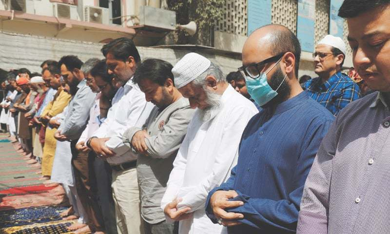 حکومت نے مساجد میں نماز کے اجتماعات کو محدود کردیا تھا—فائل فوٹو: رائٹرز