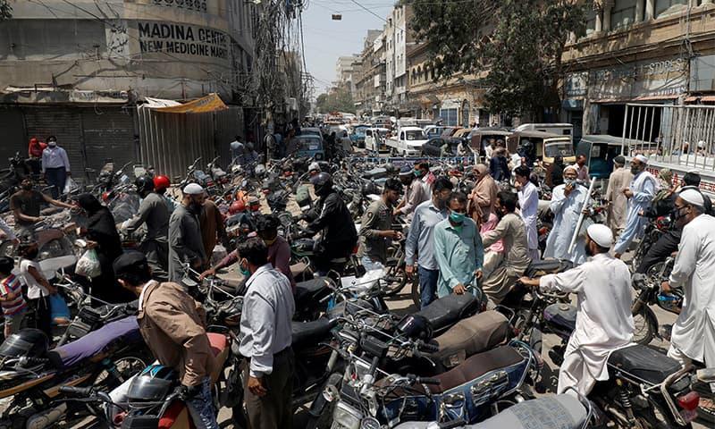 ملک میں جاری لاک ڈاؤن کے باوجود شہری بڑی تعداد میں باہر نکل رہے ہیں—فائل فوٹو: اے ایف پی