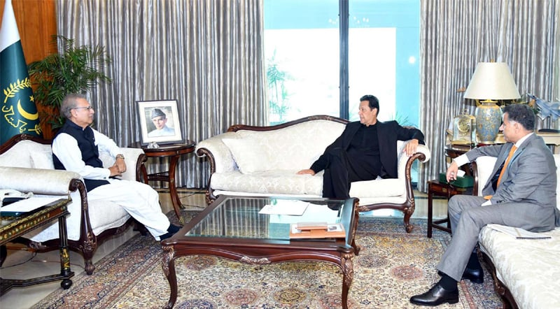 ISLAMABAD: President Dr Arif Alvi exchanging views with Prime Minister Imran Khan and ISI Director General Lt Gen Faiz Hameed during a meeting at Aiwan-i-Sadr on Monday.—PPI