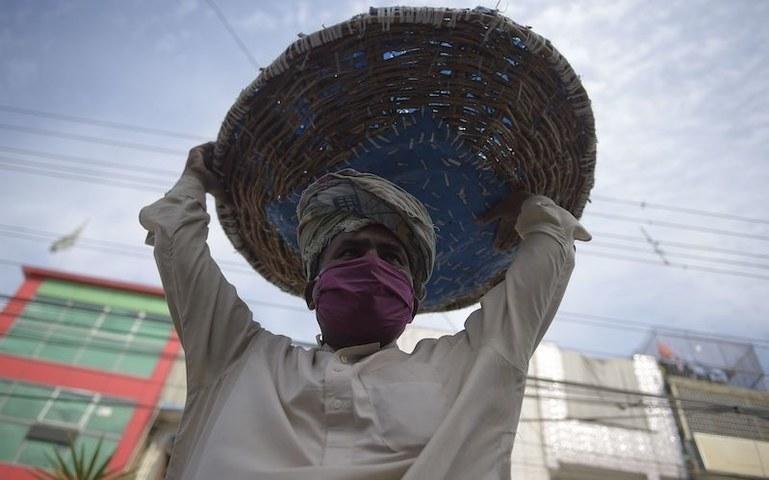 پاکستان میں کورونا کیسز میں تیزی سے اضافہ ہورہا ہے—فائل فوٹو: اے ایف پی