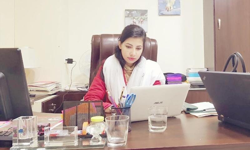 ماریہ گل اپنے دفتر میں موجود ہیں