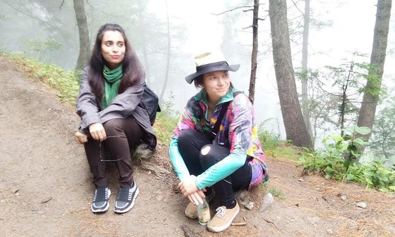 آیوشہ خاتون سیاح کے ہمراہ