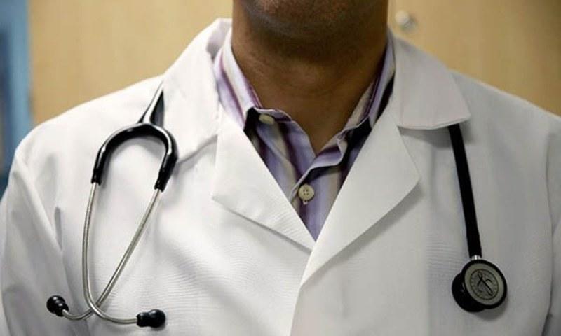 ایمرجنسی کے سینئر میڈیکل افسر ڈاکٹر عارف میں کورونا کا ٹیسٹ مثبت آنے کے بعد 3 بجے ایمرجنسی سیکشن کو سیل کیا گیا — فائل فوٹو: اے ایف پی