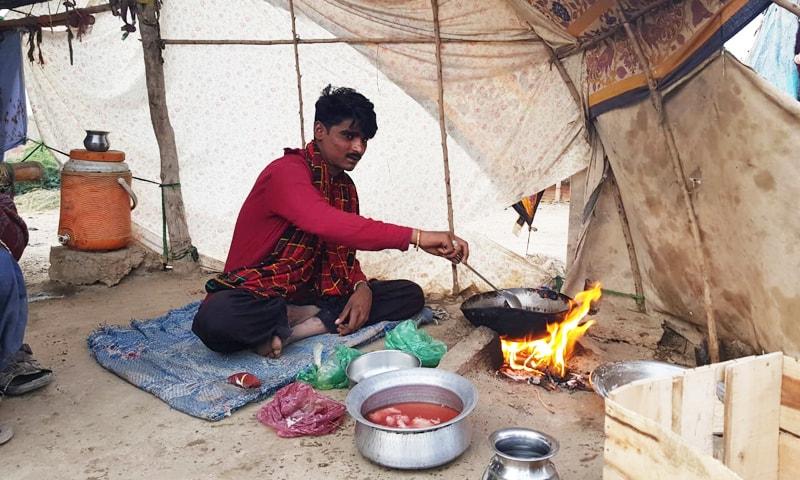 بیوی کمانے باہر جاتی ہے جبکہ گھر بیٹھا شوہر کھانا خود پکاتا ہے