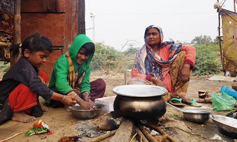 کھانے پکانے میں کبھی کبھی گھر کی خاتون بھی مرد کی مدد کرتی ہے