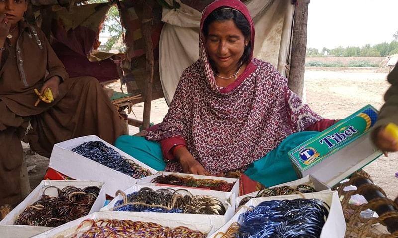 بدین کے قریب رہنے والے گرگلوں کی خواتین شادی بیاہ اور مختلف محلوں میں گھر گھر جاکر چوڑیاں فروخت کرتی ہیں