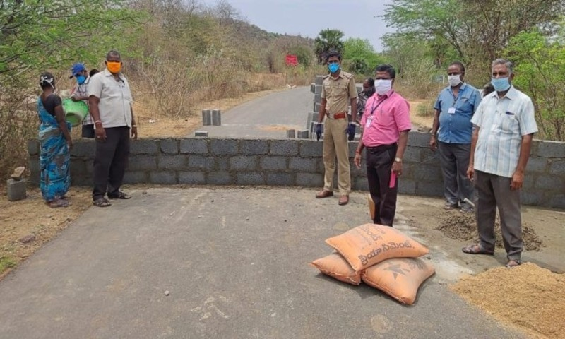 دونوں ریاستوں کو ملانے والی دو سڑکوں پر دیوار بنوا دی گئیں—فوٹو: انڈین ایکسپریس