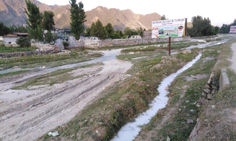 مقامی و غیر مقامی افراد دریائے برندوں کے کنارے سبزے پر بیٹھ کر پکنک کیا کرتے تھے—نصیب یار چغرزئی