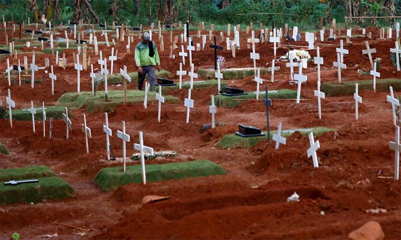 دارالحکومت جکارتہ میں تدفین میں 40 فیصد اضافہ ہوا ہے— فوٹو: رائٹرز