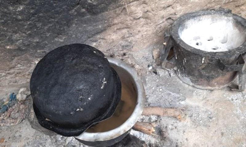 خاتون نے بچوں کو آسرے میں رکھنے کے لیے پتھروں کو پکانا شروع کیا—فوٹو: بی بی سی