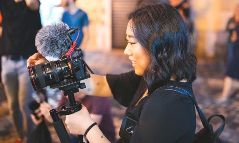 دنیا بھر میں لاکھوں خواتین میڈیا کے تکنیکی شعبے میں بھی خدمات سر انجام دیتی ہیں—فوٹو: پیکسل