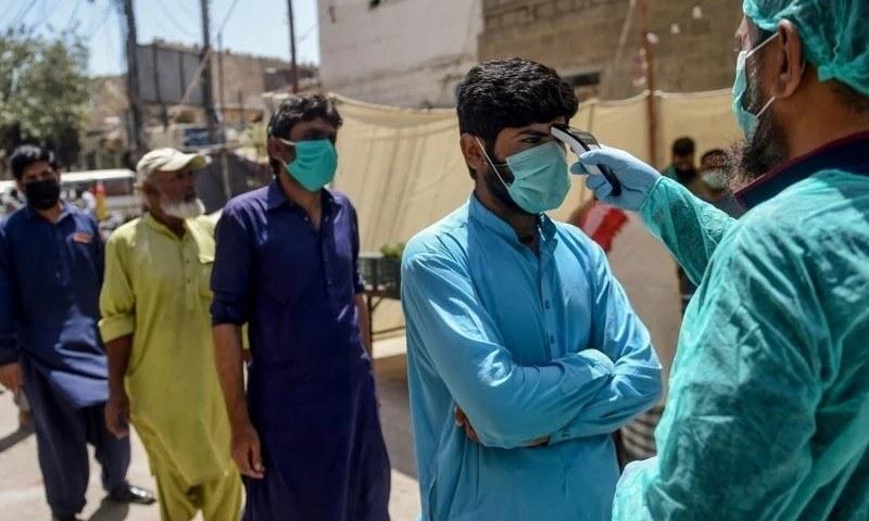 پاکستان میں کورونا متاثرین کی تعداد میں اضافہ ہورہا ہے—فائل فوٹو: اے ایف پی