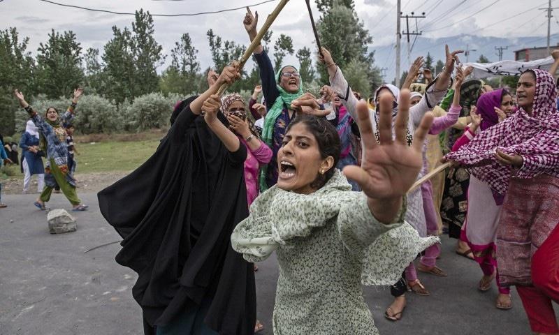 یہ تصویر ڈار یاسین نے خواتین کے مظاہرے کے دوران لی تھی—فوٹو: اے پی