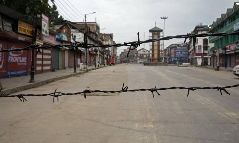 سری نگر میں کرفیو کے دوران اگست 2019 میں لی گئی ڈار یاسین کی تصویر—فوٹو: اے پی