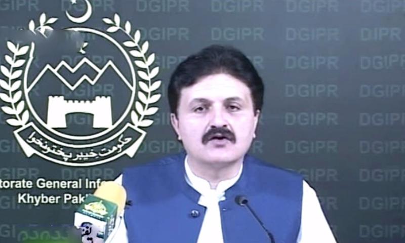 وزیر اعلیٰ خیبر پختونخوا کے مشیر اطلاعات اجمل وزیر پشاور میں میڈیا سے گفتگو کر رہے ہیں - فوٹو:ڈان نیوز