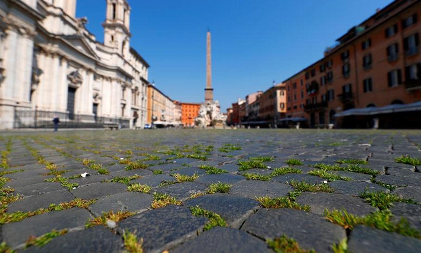 روم کے معروف پیازا نیوونا اسکوائر پر سیاحوں کی تعداد میں کمی کے باعث گھاس اگ آئی —فوٹو: رائٹرز