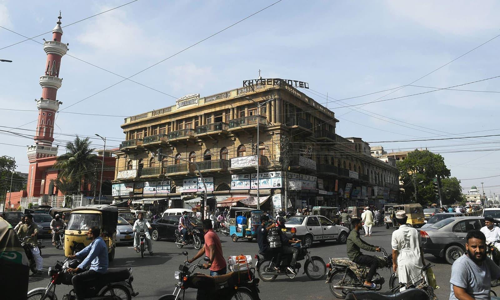 کراچی کی یہ تصویر لاک ڈاؤن اور اس کے بعد کی صورتحال کی بہترین منظر کشی کرتی ہے— فوٹو: اے ایف پی
