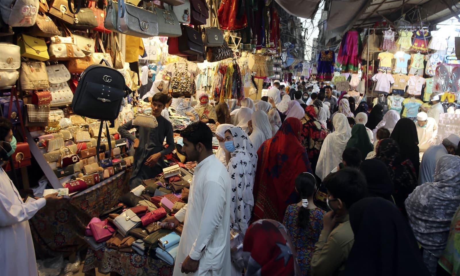 لاہور: بازار کھولنے کے بعد پہلے ہی دن عوام کی بڑی تعداد نے احتیاطی تدابیر کو بالائے طاق رکھ کر بڑی تعداد میں بازاروں کا رخ کیا— فوٹو: اے پی