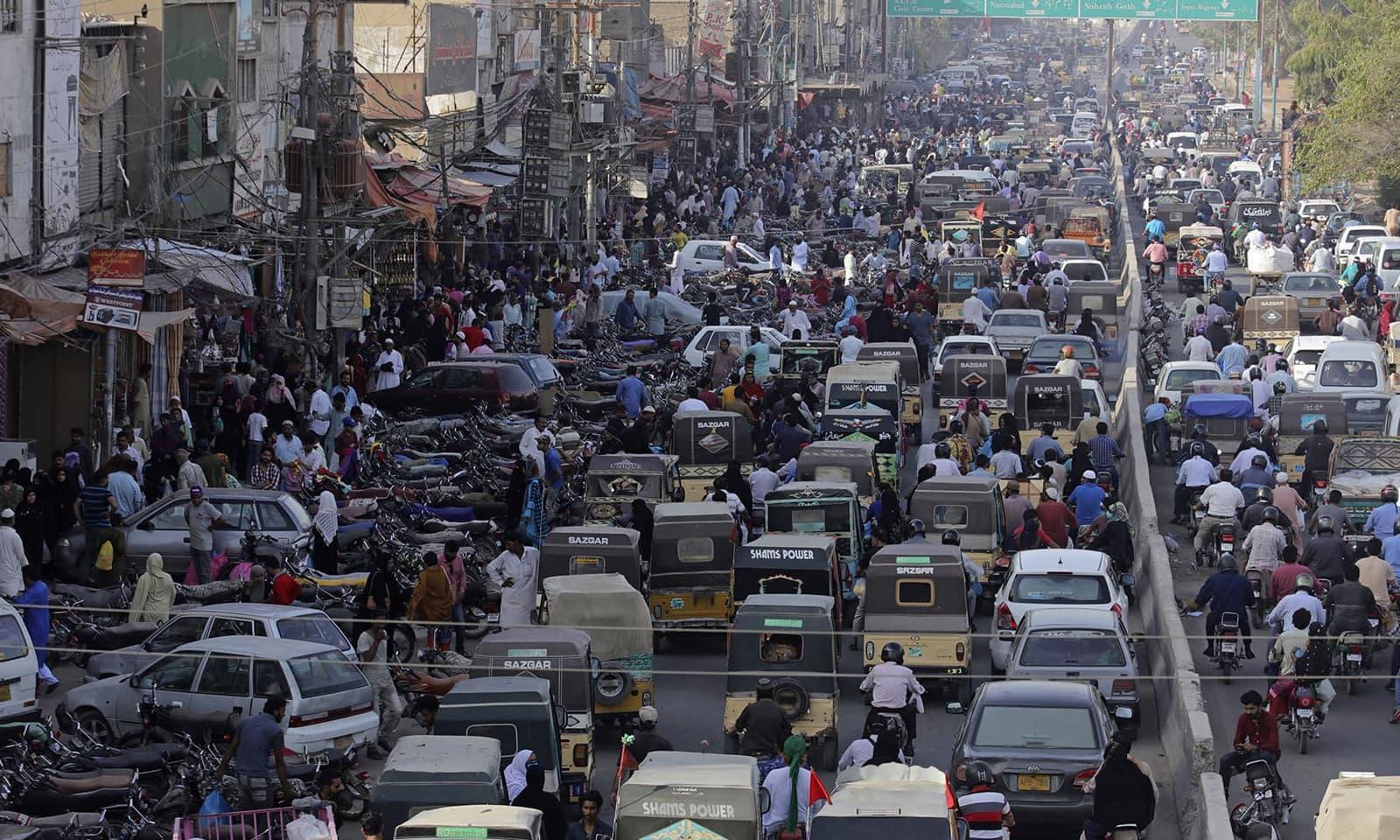 کراچی میں کئی مقامات پر ٹریفک جام کی صورتحال بھی دیکھنے کو ملی— فوٹو: اے پی