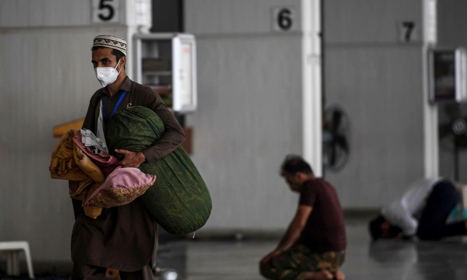 معتکفین کی جانب سے بھی کورونا وائرس کے خطرے کے سبب احتیاطی تدابیر اختیار کی گئی ہیں— فوٹو: اے ایف پی