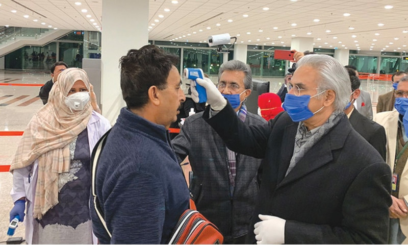 Special Assistant to Prime Minister on National Health Services Dr Zafar Mirza checks arriving passenger at Islamabad airport | Photo by Ministry of Health, GOP