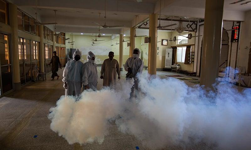 اس وبا کے پھیلاؤ کو روکنے کے لیے مختلف اقداما ت کیے گئے ہیں—تصویر: اے پی