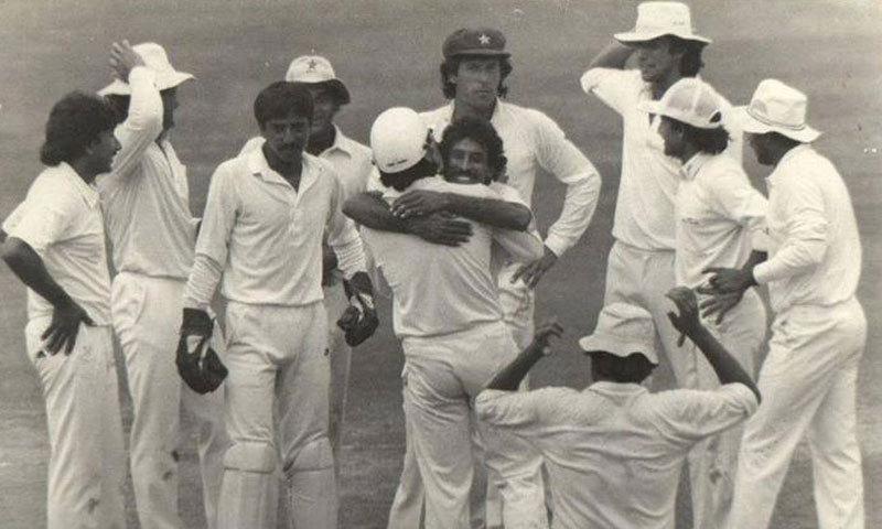 اظہرالدین کے آؤٹ ہونے پر پاکستانی کھلاڑی جشن منا رہے ہیں