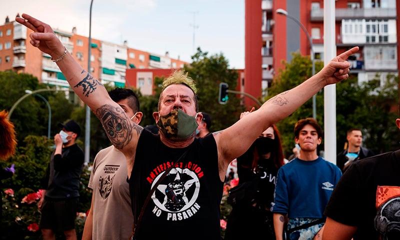 اسپین میں دارالحکومت میڈرڈ میں مظاہرین وائرس سے نمٹنے میں ناکامی اور ناقص حکومتی انٹظامات کے خلاف احتجاج کر رہے ہیں— فوٹو: اے ایف پی