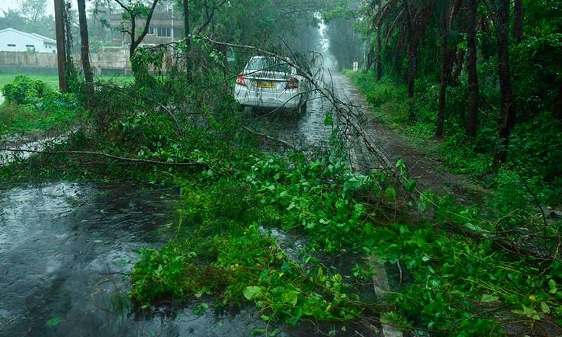 بھارتی ریاست بنگال میں مرکزی شاہراہ درکت کے گرنے سے بند ہو گئی ہے— فوٹو: اے ایف پی