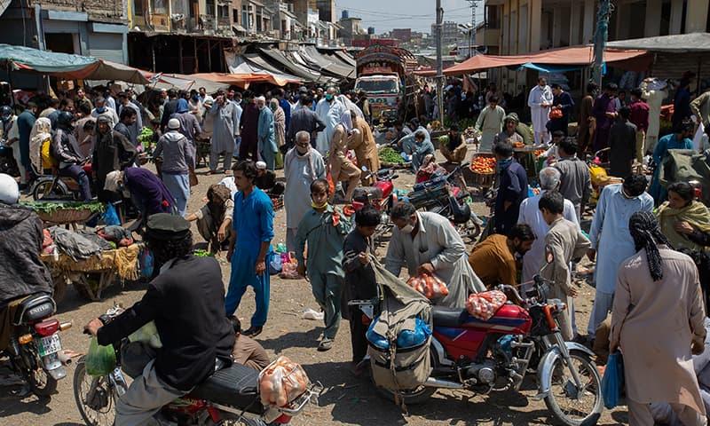 پاکستان میں وبا کا پھیلاؤ تیزی سے جاری ہے—فائل فوٹو: اے پی