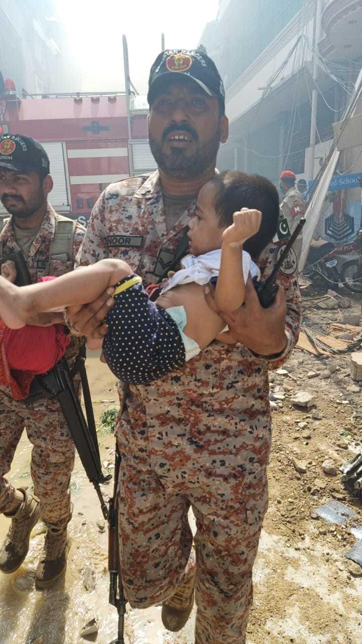 سیکیورٹی اہلکار امدادی کاموں میں مصروف نظر آئے—فوٹو: امتیاز مغیری