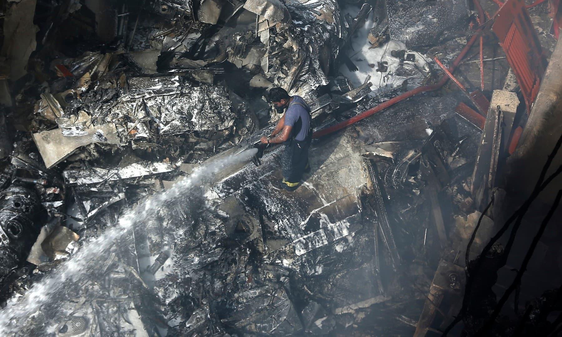 فائر فائٹرز نے مشکلات کے باوجود آگ کو جلد قابو کرنے کی کوششیں کیں—فوٹو:اے پی