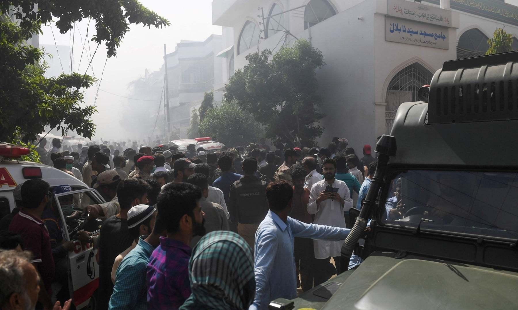 جائے وقوع پر امدادی کارکنوں کے علاوہ شہریوں کی بڑی تعداد بھی جمع ہوگئی—فوٹو:اے ایف پی