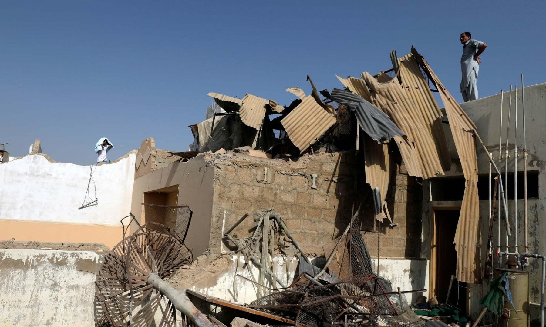جہاز کے گرنے سے کئی گھر تباہ ہوگئے—فوٹو:رائٹرز