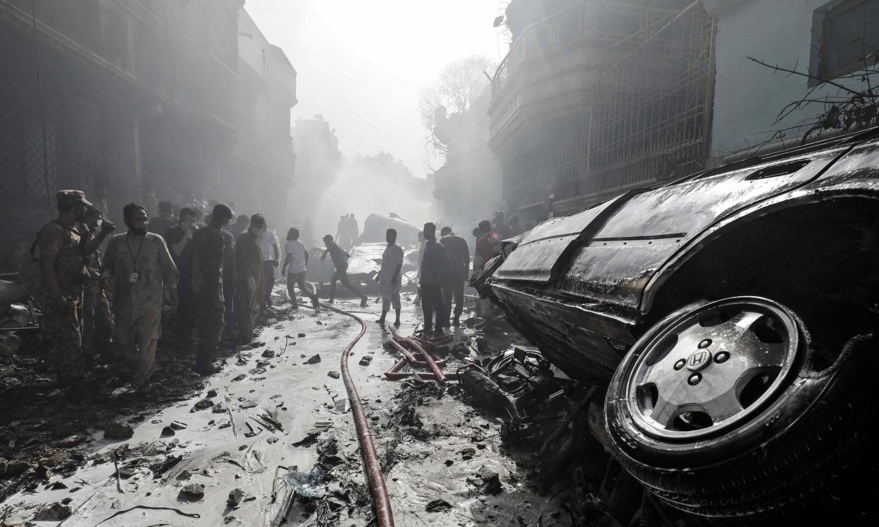 شہریوں نے بھی امدادی کام میں رضاکاروں کا ساتھ دیا—فوٹو:رائٹرز