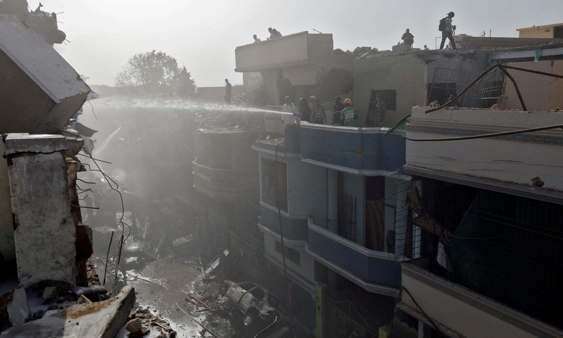 حادثے کے نتیجے میں گھروں کو بھی آگ لگی—رائٹرز
