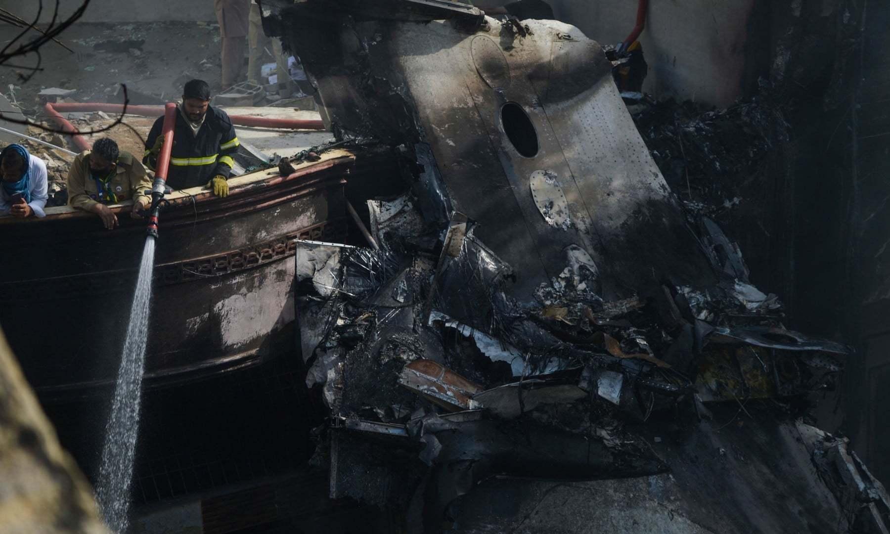 جہاز کے حادثے میں کئی گھر تباہ ہوئے—فوٹو:اے ایف پی