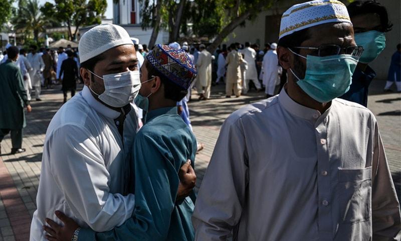 کراچی میں ہونے والے طیارے حادثے کی وجہ سے سادگی کے ساتھ عیدالفطر منائی جا رہی ہے— فوٹو: اے ایف پی