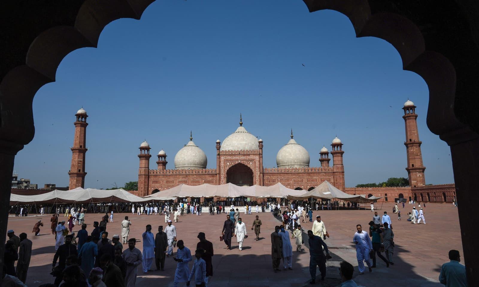 لاہور کی تاریخی بادشاہی مسجد کا روح پرور منظر— فوٹو: اے پی