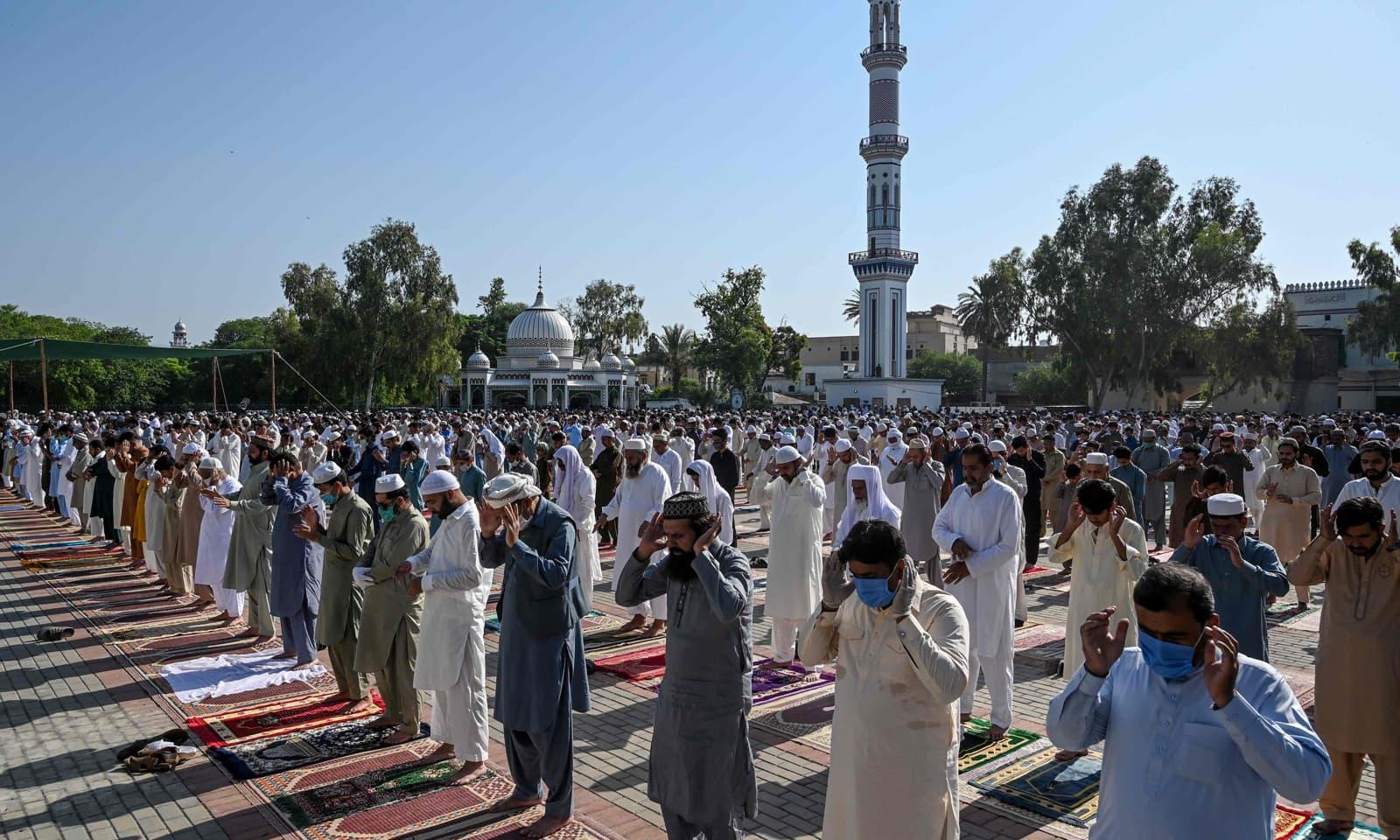 راولپنڈی کی عیدگاہ شریف دربار میں بھی سماجی فاصلوں کے اصول کے ساتھ نماز عید ادا کی گئی— فوٹو: آے ایف پی
