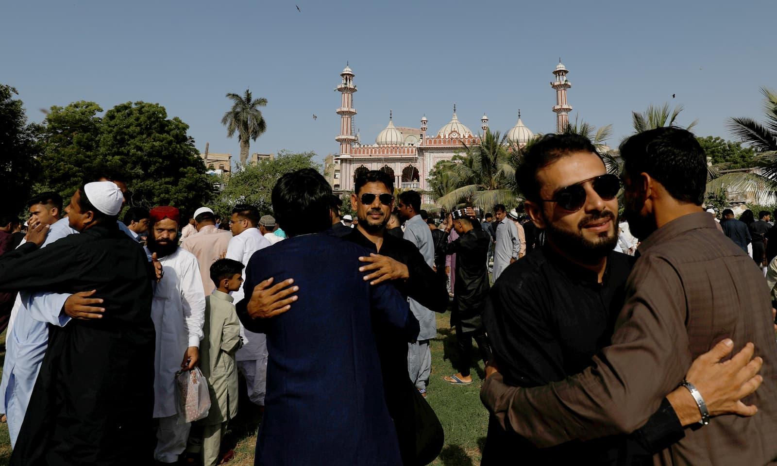 کراچی میں عیدالفطر کی نماز کی ادائیگی کے بعد فرزندان اسلام گلے مل رہے ہیں— فوٹو: رائٹرز